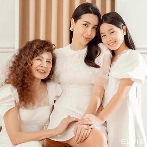 Ca sĩ Lưu Hương Giang, mẹ và con gái chung một khung hình.