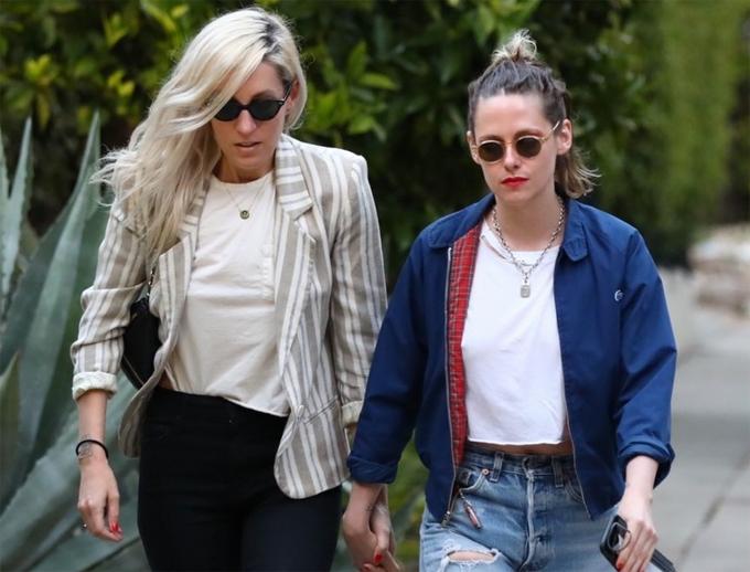 Kristen nắm tay bạn gái dạo phố vào đầu tuần này.