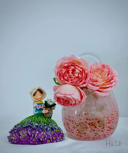 Hoa được cắm ở bình nhỏ, miệng rộng. Chị Hà chỉ sử dụng 3 bông hoa để tạo sự cân đối.