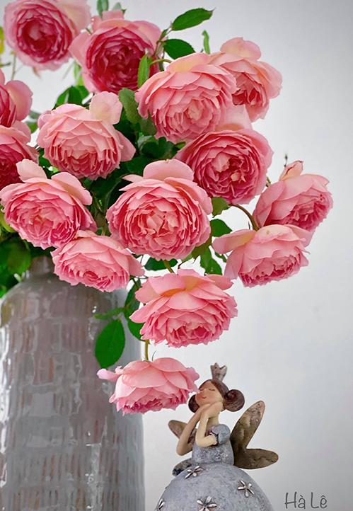 Cắm xong, bạn cần phải để bình hoa lên cao một chút mới ngắm được mặt bông hoa, chị bổ sung.