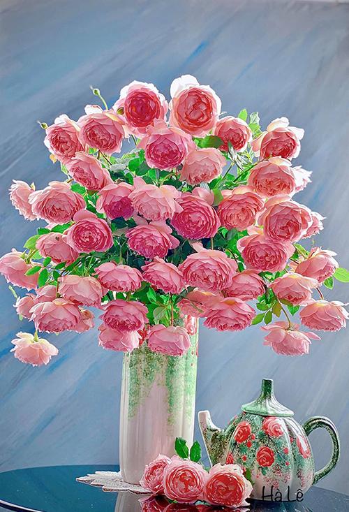 Chị Hà nhận xét hoa có độ rủ cao nên thích hợp để cắm một mặt của chiếc bình thay vì cắm ở cả 360 độ. Chị cắm hoa cao thấp đan xen và gợi ý nếu bạn chưa rành cắm hoa, bạn nên cắm các cành hoa thấp trước rồi mới cắm các cành cao dần, tính toán số lượng để tạo bố cục kim tự tháp, nhiều hoa ở dưới và ít hoa dần bên trên.