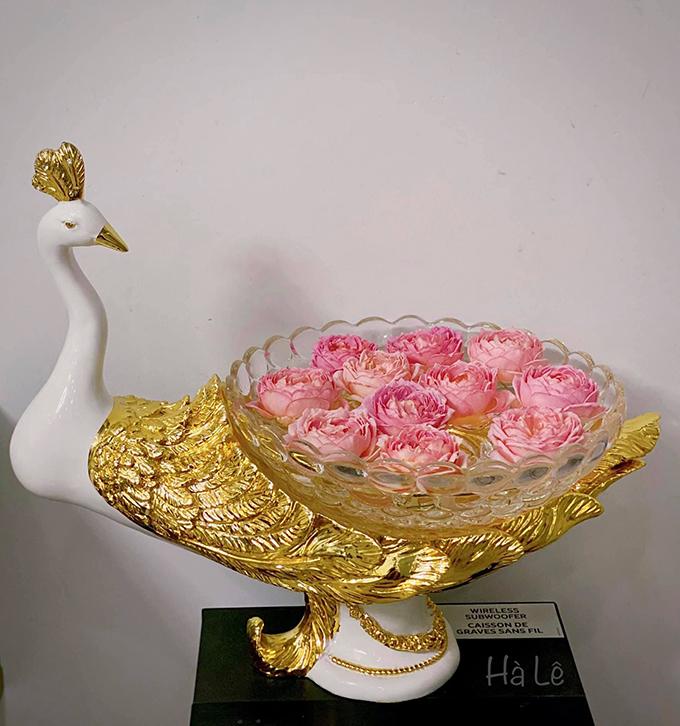 Ngày cuối, cành hoa không còn được tươi, các bạn có thể ngắt bông thả bát để chơi thêm 1-2 ngày, chị chia sẻ.