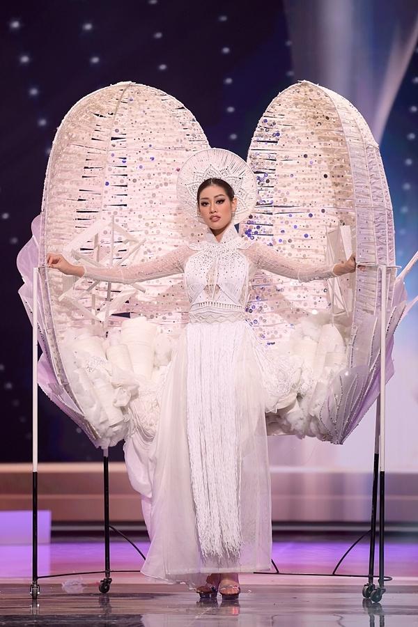 Khánh Vân trình diễn Kén Em trên sân khấu.