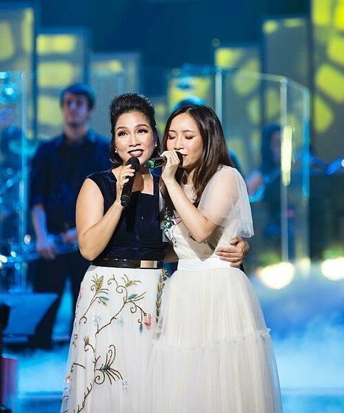 Mỹ Linh song ca cùng con gái Mỹ Anh trong một chương trình.