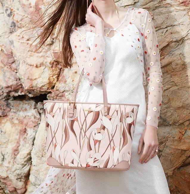 Túi tote Venuco Madrid F38 có kích thước ngang và cao là 33 cm x 30 cm. Không gian bên trong túi rộng rãi, chứa nhiều vật dụng cá nhân, tài liệu... Quai đeo may chắc chắn, làm từ da PU, có thể thay đổi kích cỡ dài, ngắn tùy ý. Túi màu hồng nude dễ phối với nhiều trang phục. Sản phẩm có giá 1,446 triệu đồng, ưu đãi 30% so với giá gốc.