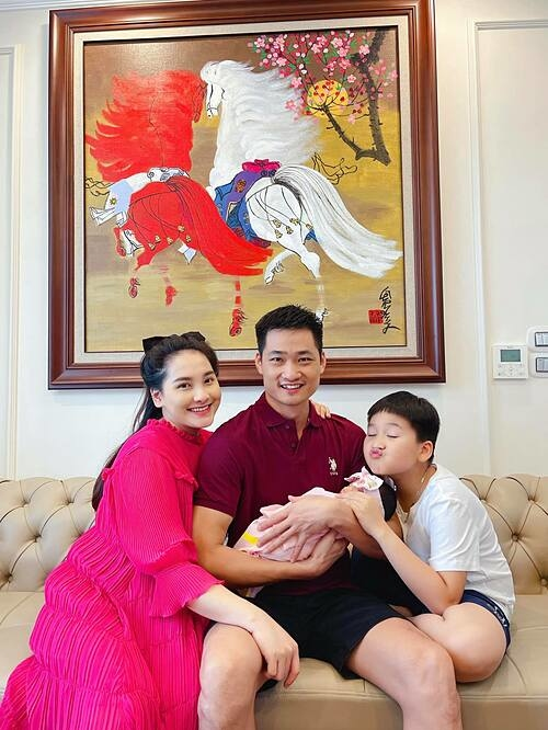 Ảnh sao 18/5: Bảo Thanh rạng rỡ sau sinh con gái