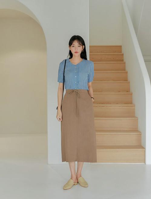 Ngoài cách mix áo xanh cùng trang phục tông đen - trắng quen thuộc, gam màu hot trend còn dễ mix cùng các tông mâu, cafe sữa, nude...