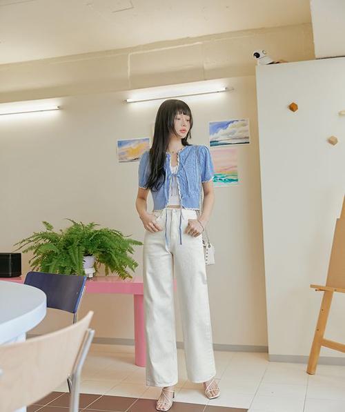 Set đồ mùa hè cho các bạn gái thích xây dựng hình ảnh nhẹ nhàng trong những ngày oi nồng với cardigan dáng lửng, áo hai dây và quần kaki.