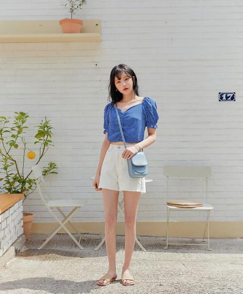 Bên cạnh các mẫu trang phục màu đơn sắc, ở mùa hè năm nay các nhà mốt còn giới thiệu nhiều mẫu họa tiết nhẹ nhàng với điểm nhấn sắc xanh chủ đạo.