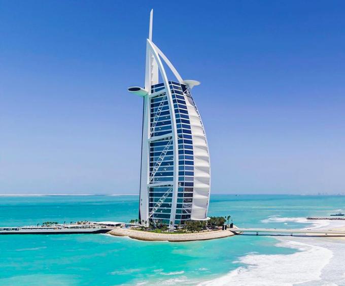 1. Sự thật về danh hiệu 7 saoKhách sạn Burj Al Arab ở Dubai thực chất do một nhà báo người Anh đặt ra. Khi người này có cơ hội tham gia một chuyến đi dành riêng cho giới báo chí, sau khi trở về, vị phóng viên cảm thấy trải nghiệm quá tuyệt vời, hơn cả mức đánh giá 5 sao chính thức và dành tặng mức độ 7 sao. Từ đó, danh hiệu khách sạn 7 sao được gắn liền với Burj Al Arab, dù cho khách sạn cũng luôn cố gắng từ chối vinh dự này.