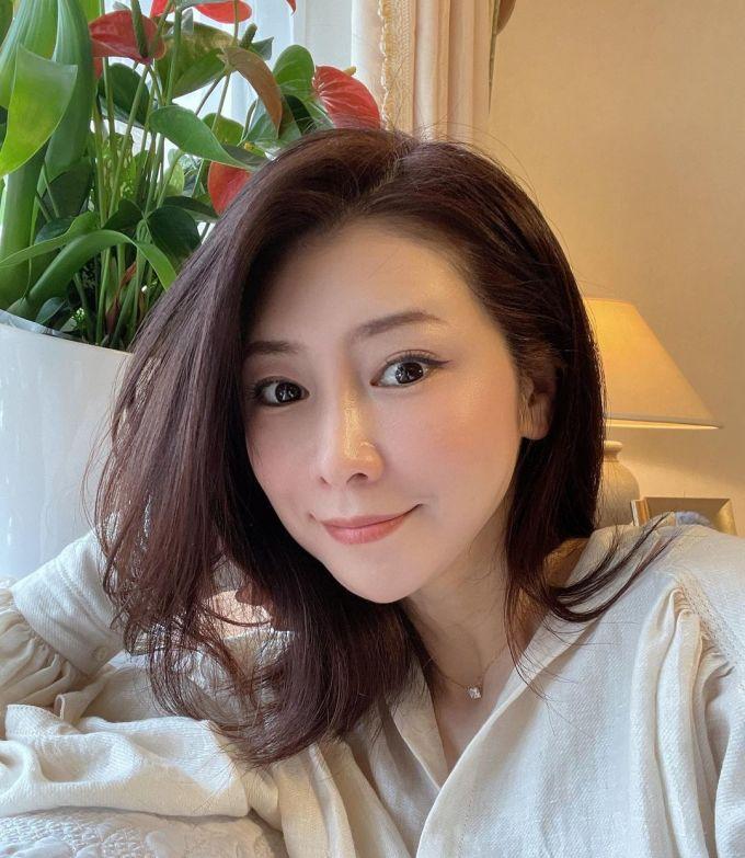 [Masako Mizutani đã bước qua tuổi 50 nhưng vẫn giữ được làn da lão hóa ngược căng mướt.