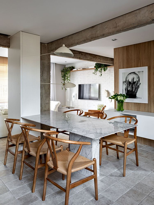 Chủ nhà muốn đề cập đến nguồn gốc quê hương Sao Paulo trong căn hộ, vậy nên kiến trúc sư Nildo đã mang tới bảng màu ấm, các tấm gỗ và kết cấu tự nhiên, tạo ra không gian thoải mái.