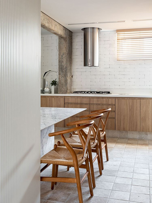 Tường bếp là tường gạch được sơn màu trắng phản quang.