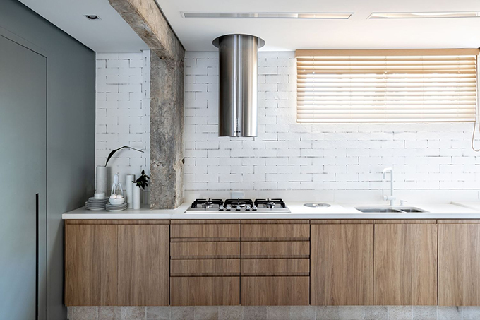 Vật liệu gỗ giúp căn hộ mang vẻ ấm áp.