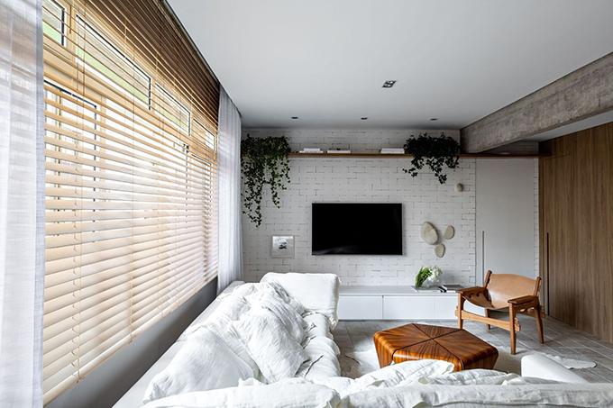Căn hộ nằm trong khu phố sầm uất ở Sao Paulo, là nơi ở của cặp vợ chồng thích phong cách tối giản. Chủ nhà muốn căn hộ tích hợp nhiều nhất có thể, màu sắc nhẹ nhàng, kết cấu tự nhiên, là nơi trú ẩn khỏi phố thị xô bồ, kiến trúc sư trả lời tờ Archdaily.