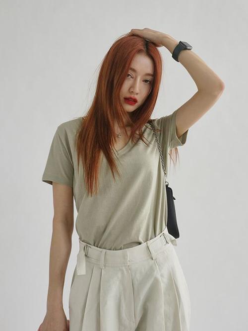 Quần xếp ly may bằng vải bố, linne dày, đũi khi phối cùng áo thun đơn sắc sẽ mang tới nét trẻ trung.