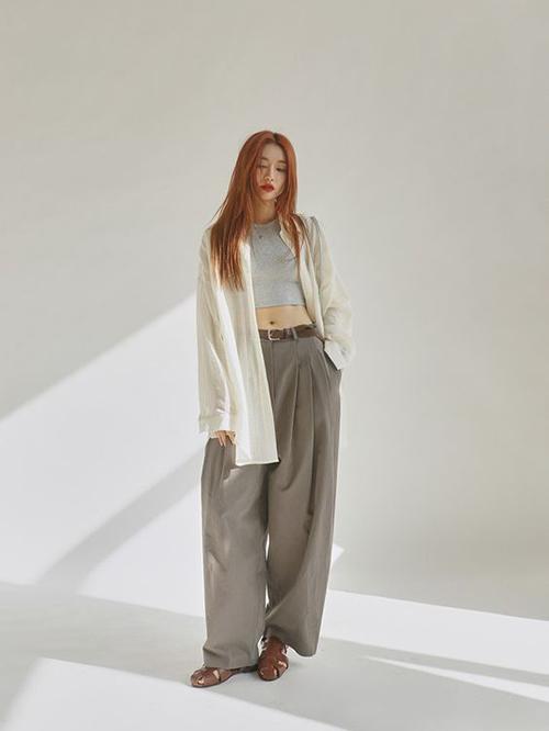 Nổi bật trong xu hướng thời trang 2021 là các mẫu quần ống rộng lấy cảm hứng từ thời trang cổ điển nhưng mang nét phá cách mới mẻ.