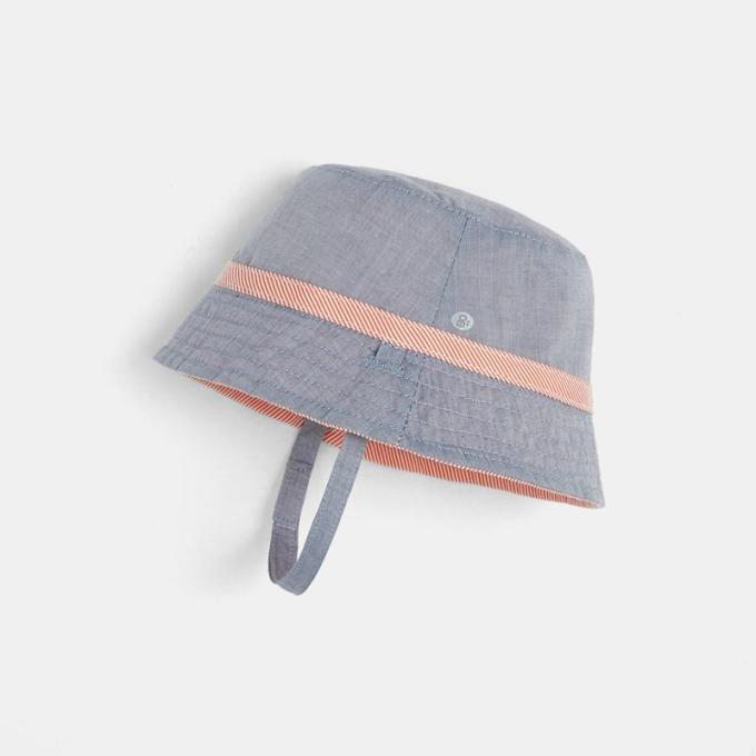 Mũ bucket màu sắc trung tính kèm quai đeo giúp bé thoải mái trong các hoạt động ngoài trời.