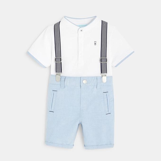 Sự kết hợp giữa quần yếm và áo polo mang lại vẻ ngoài dễ thương và năng động cho bé trai.