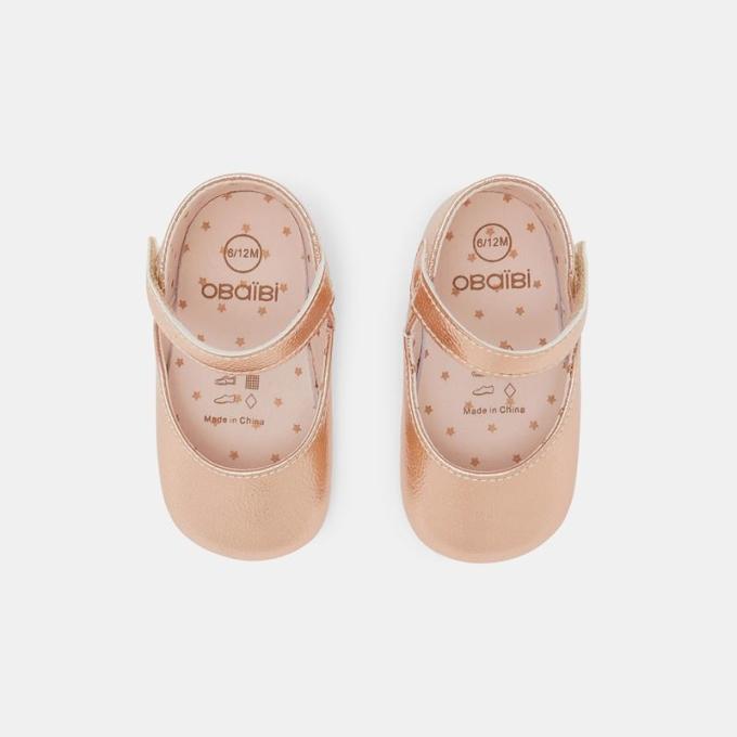 Ngoài trang phục, giày dép cũng là món đồ cha mẹ có thể lưu ý dịp lễ này. Trong bộ sưu tập Xuân Hè 2021, Okaidi - Obaibi mang đến những mẫu giày xinh xắn và êm ái, giúp các bé vô tư chạy nhảy. Trong đó, tủ giày bé gái có nhiều kiểu dáng điệu đà.