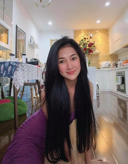 Quỳnh Lam thích style tóc thẳng suôn dài.