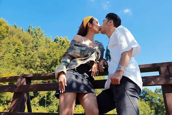 Ưng Hoàng Phúc và bà xã Kim Cương rủ nhau đi pose hình nhân ngày rảnh rỗi.