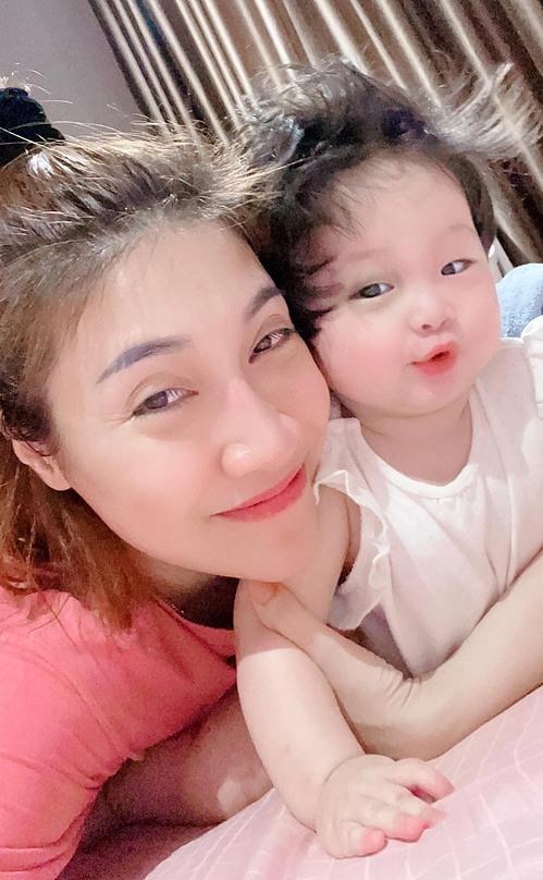 Vẻ lí lắc đáng yêu của con gái Pha Lê khi selfie cùng mẹ.