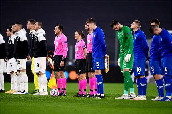 Stephanie Frappart cùng đồng nghiệp và cầu thủ Juventus, Dynamo Kiev xếp hàng trước trận đấu ở Turin đầu tháng 12/2020. Ảnh: The Sun.