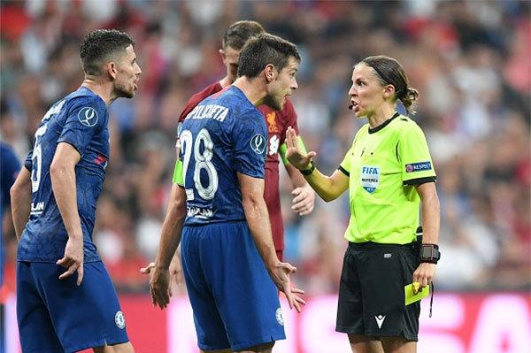 Nữ trọng tài Stephanie Frappart điều hành trận Siêu Cup UEFA giữa Chelsea và Liverpool năm 2019. Ảnh: The Sun.