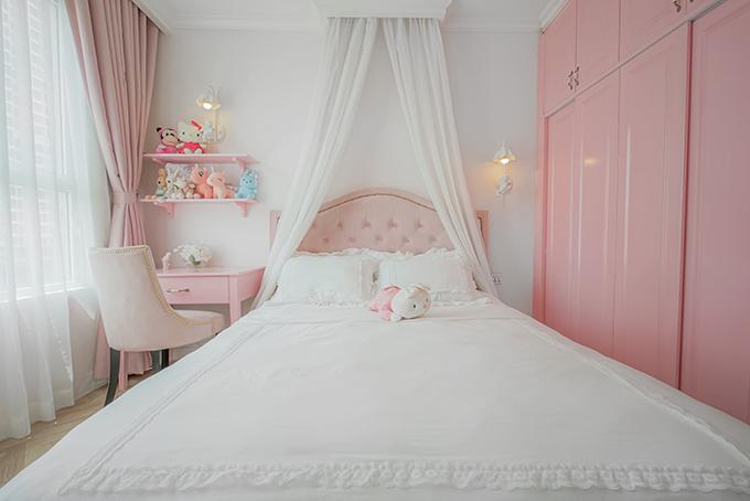 Phòng ngủ của con gái chị Hằng. Vợ chồng Ngô Thuý Hằng ưu tiên đồ gỗ cho nội thất. Do con nhỏ nên các sản phẩm bàn, ghế, giường... đều có cạnh tròn hoặc bọc mút để không ảnh hưởng tới các bé.