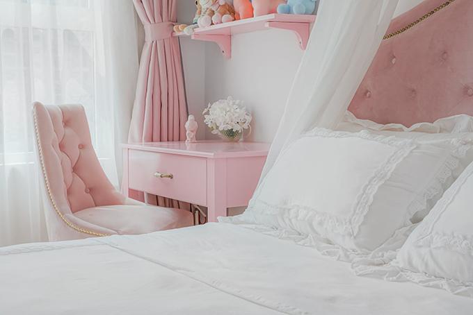 Phòng có nhiều nội thất hồng pastel lãng mạn.