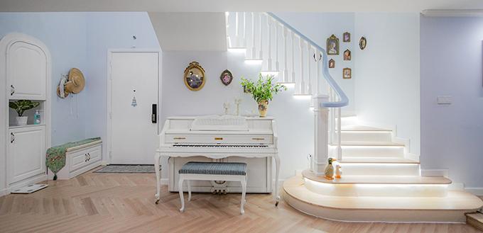 Không gian đối diện là góc âm nhạc của vợ chồng chủ nhà.