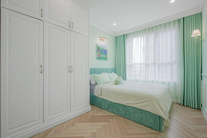 Phòng con trai mang tông xanh chủ đạo.