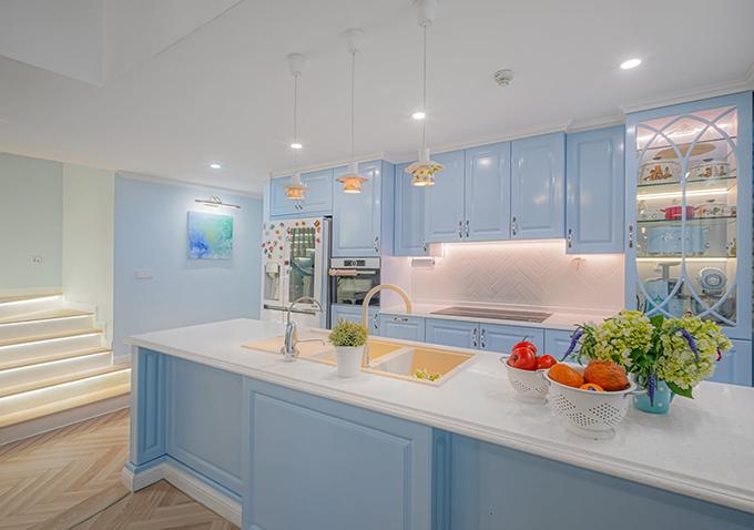 Một điều được chú trọng trong bếp chính là ánh sáng, giúp cho chủ nhà dễ thao tác, nấu nướng. Tôi biết các chị em lúc làm nhà đau đầu nhất là nghiên cứu khu bếp. Điều quan trọng là bạn xác định công năng bếp, nhu cầu của mình rõ ràng thì mọi thứ sẽ khoa học và đơn giản, chị chia sẻ.