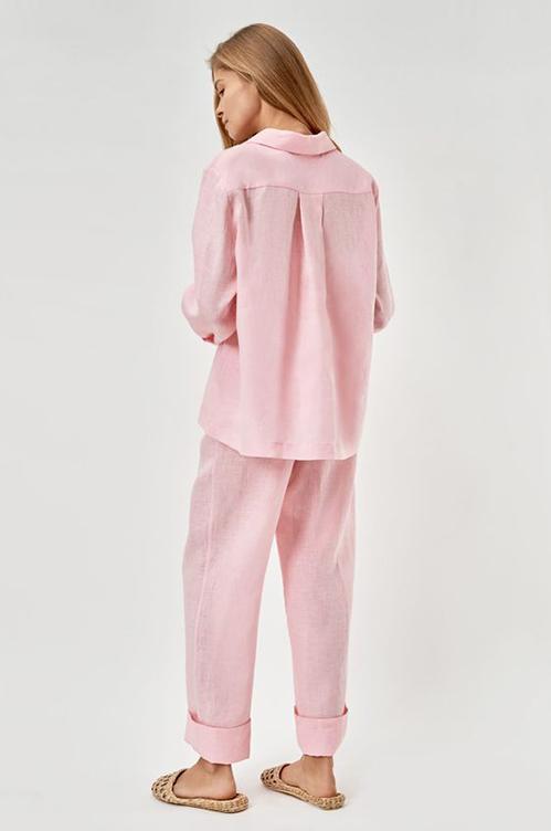 Ngoài pijama lụa thì bộ đồ linen cũng được ưa chuộng bởi chúng phù hợp với tiết trời ngày nắng và được lăng xê bởi những tín đồ theo trường phái thân thiện môi trường.