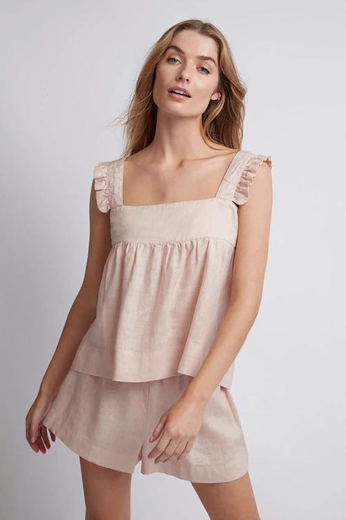 Với những cô nàng thích phong cách sexy hơn thì có thể chọn các mẫu áo hai dây mặc ton-sur-ton với quần short kiểu ống rộng.