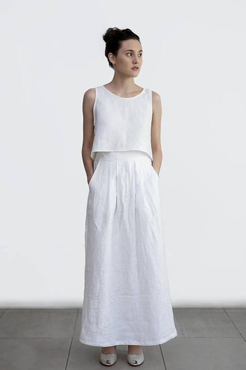 Đầm linne trắng vẫn là trang phục được yêu thích qua nhiều mùa thời trang. Song song với các mẫu váy liền thân mang phong cách vintage là cách phối hợp áo sát nách đi cùng chân váy đồng điệu sắc màu.
