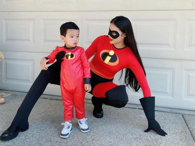 Hoa hậu quốc dân muốn tập trung nuôi dạy con trai một cách tốt nhất. Hàng ngày, cô tự mình đưa đón con đi học, dạy con học thêm tiếng Việt để bé có thể nói được hai thứ tiếng.
