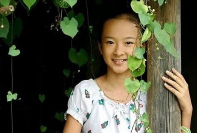 Thuở nhỏ, Angela Phương Trinh là một ngôi sao nhí đắt show của phim Việt. Cô góp mặt trong các phim Mùi ngò gai (ảnh), Người mẹ nhí, Kính vạn hoa, Thứ 3 học trò, Mùa hè sôi động... Cô được yêu thích bởi gương mặt khả ái và lối diễn dễ thương.
