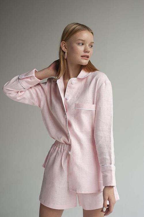 Pijama được biến tấu đa dạ với các kiểu short thoáng mát, áo viền cổ tăng độ trang nhã và điệu đà cho người mặc.