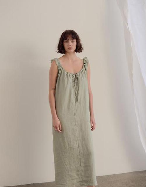 Những cô nàng mê váy và vẫn muốn thể hiện sự điệu đà khi ở nhà có thể chọn váy không kén dáng thiết kế trên vải dệt tự nhiên, gam màu dịu mắt.