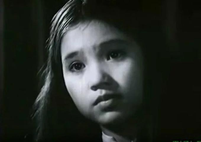 14 tuổi, Lan Hương nhận vai diễn thứ hai trong phim Mối tình đầu. Chị được nhiều đồng nghiệp đặt biệt danh thần sầu vì sở hữu đôi mắt giàu cảm xúc. Từ thập niên 1990, NSND Lan Hương hoạt động sôi nổi trong nghề diễn và giữ lửa nghề đến tận bây giờ.