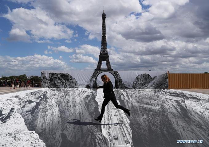 Dân Paris đổ xô check in tháp Eiffel dưới vực thẳm - 2