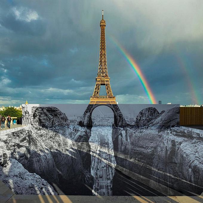 Tác giả JR đăng tải khoảnh khắc hiếm hoi khi có cầu vồng đôi phía trên tháp Eiffel. Khách tham quan có thể chụp ảnh miễn phí ở khu vực này. Trước đó, vào tháng 3 năm 2019, một tác phẩm tương tự cũng được trưng bày ở bảo tàng Louvre (Paris, Pháp), gây tò mò với du khách.