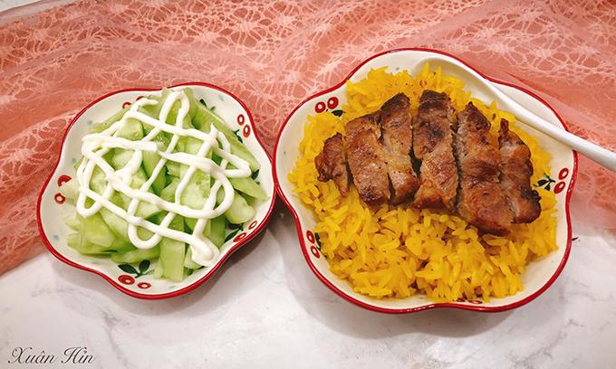 Xôi được nấu bằng hoa dành dành khô, đun nước sôi rồi cho gạo vào ngâm cùng.