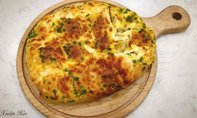 Bánh mỳ bơ tỏi phô mai kéo sợi do Xuân học được từ Youtube. Nguyên liệu làm bánh được chia thành 3 phần. Với phần bánh mì gồm có: 200 gram bột mì số 13, 30 gram đường, 25 gram bơ lạt ở nhiệt độ phòng, 2/3 quả trứng, 2 gram muối, 3 gram men nở Instant, 100 gram sữa tươi. Phần sốt bơ tỏi có: 15 gram bơ lạt ở nhiệt độ phòng, 2 gram tỏi băm nhuyễn, 10 gram đường, 1 hộp phô mai con bò cười, 2 gram hành lá, 1/3 quả trứng. Phần phủ đến từ 150 gram phô mai Mozzarella.