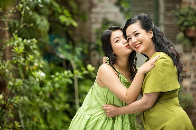 Diễn viên Chiều Xuân rạng rỡ bên con gái Hồng Khanh.
