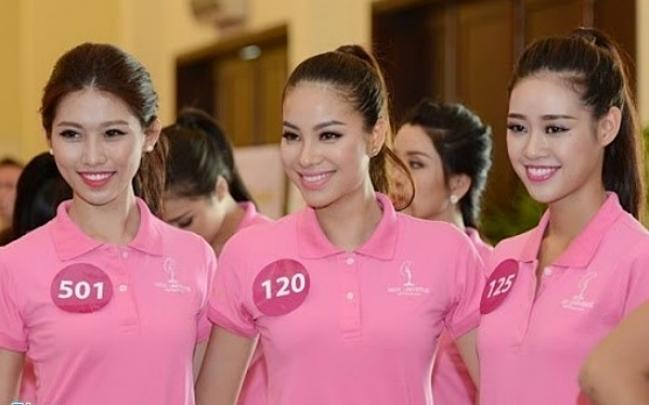 Khánh Vân, Phạm Hương (từ phải qua) tại Hoa hậu Hoàn vũ Việt Nam 2015.