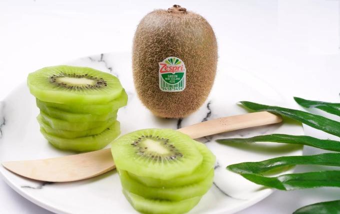 Hộp bốn trái kiwi xanh từ Tony Fruit hiện có giá ưu đãi trên Lazada chỉ 60.000 đồng, giảm 14% so với giá gốc kèm ưu đãi giao hàng nhanh tận nơi, đảm bảo độ tươi của quả. Đặt hàng tại đây.