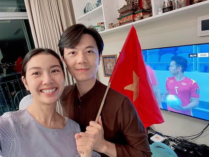 Vợ chồng Thúy Vân - Nhật Vũ cập nhật hình ảnh thức đêm cổ vũ và ăn mừng đội tuyển Việt Nam thắng đậm Indonesia.